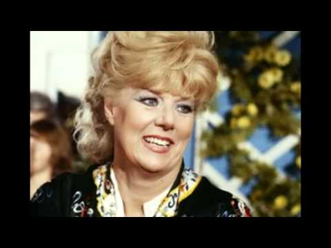 Sheila MacRae of 'Honeymooners' fame dies at 92 - YouTube
