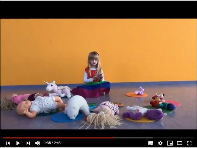 Evie van 5 jaar geeft yoga!
