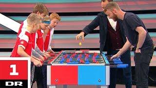 Bordfodbold: 4 børn vs. prof med én hånd | Versus | DR1 thumbnail