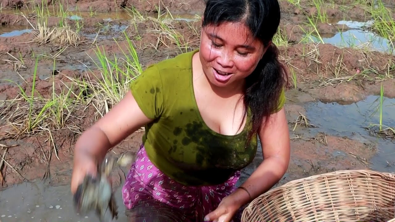 Download Survival Skills | Smart woman Catches Frogs for eating | yummy eating Frog 08