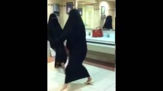 رقص بنات في الحمام