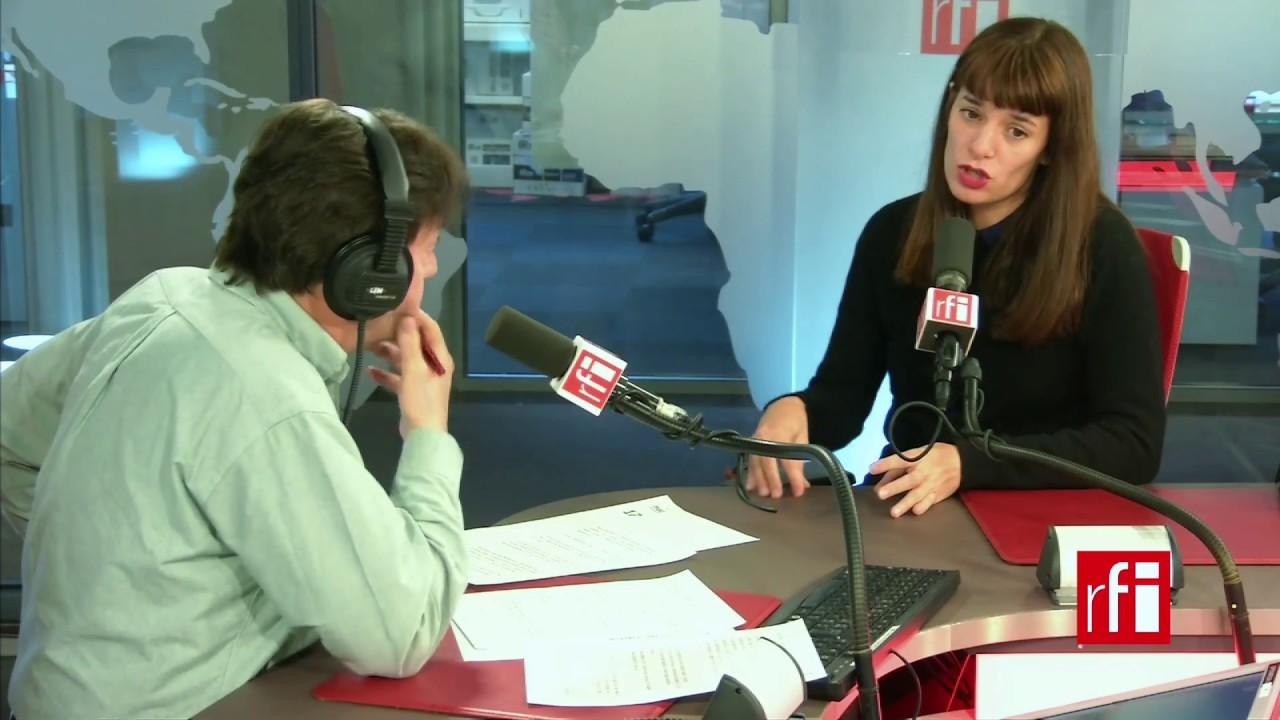 La directora de teatro Lola Arias con Jordi Batallé en RFI
