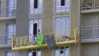 Мокрый фасад: работа со строительной люльки