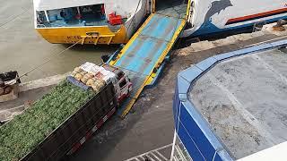 Truk sembako masuk kapal