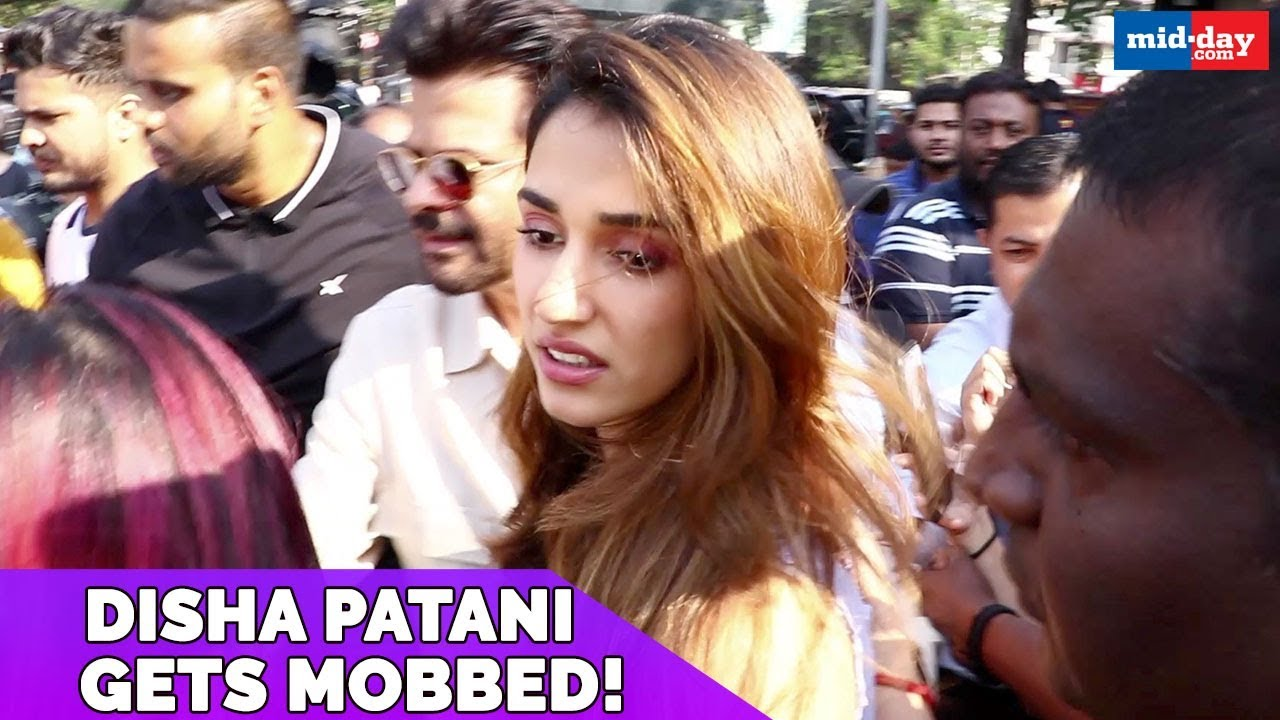 Disha Patani Gets Mobbed By Fans Outside Restaurant Malang Youtube