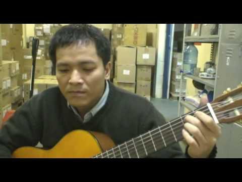 Minh hát với cây đàn ghi ta