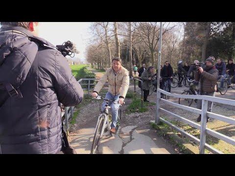Firenze, Renzi in bicicletta coi fedelissimi canta Villa e mette in vivavoce Delrio