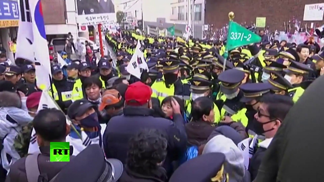 Wall of police contain supporters of S. Korea's ex-President Park before court session