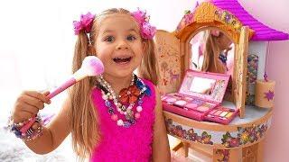 डियेना सुंदर बनना चाहती है, प्रिटेंड ड्रेस अप और मेकअप खिलौने