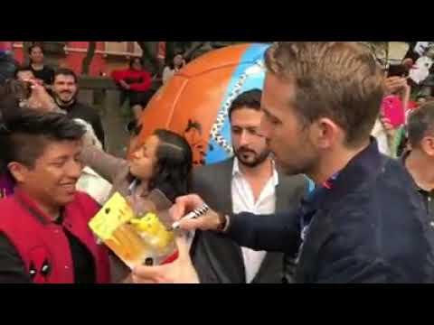 Ryan Reynolds recorriendo la Ciudad de México en micro