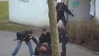 Polis med dragna vapen griper tre män
