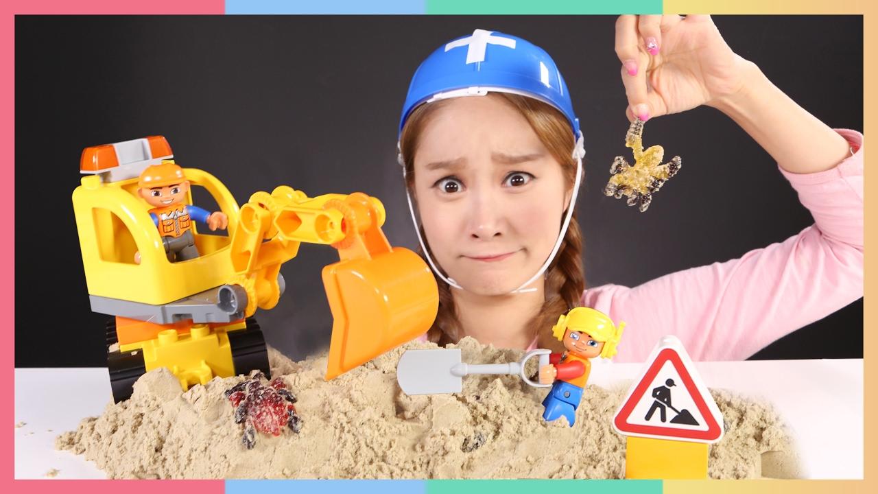 凱利的duplo樂高得寶挖土機車幼兒施工玩具遊戲   凱利和玩具朋友們 CarrieAndToys - YouTube