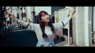 川栄李奈、街の歩道で指揮するように歌う 三太郎キャスト「アイーダ」でW杯を応援 『au BLUE CHALLENGE』新CM thumbnail