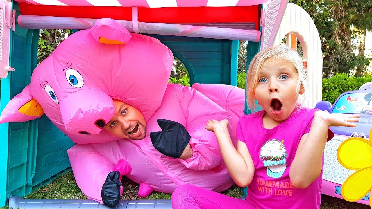 Алиса и папа играют в магазин игрушек