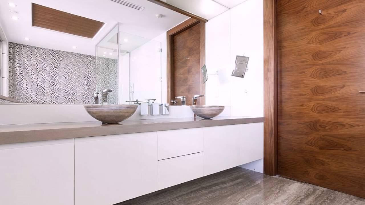 holz accent wand und vanity in weiß mit zwei waschbecken im, Hause ideen
