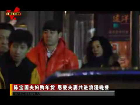 陈宝国夫妇购年货 Chen Bao Guo and wife were spotted outside Mall