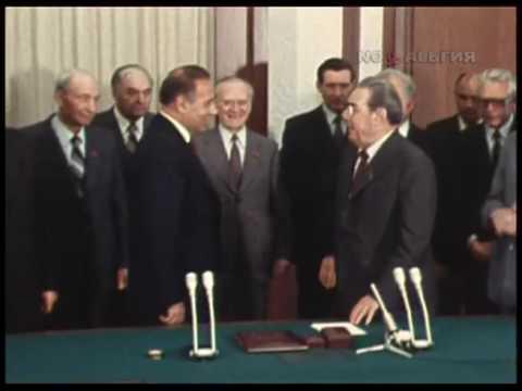 Heydar Aliyev awarded by Leonid Ilyich Brezhnev (1979) - Л.И.Брежнев награждает Г. А. Алиева.