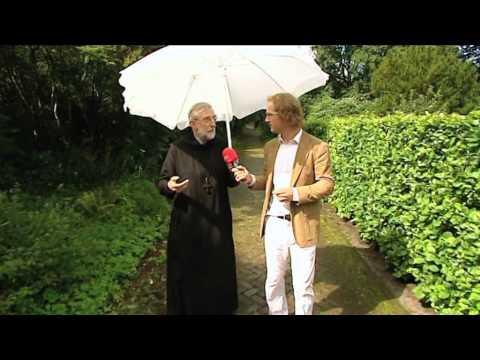 Gerard Mathijssen, Abt van het klooster in Egmond, in gesprek met