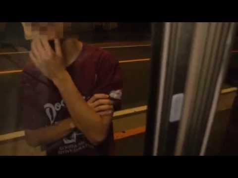 少年二人が幽霊の出る公衆電話のボックスの中に入りカメラを回すと背後に…