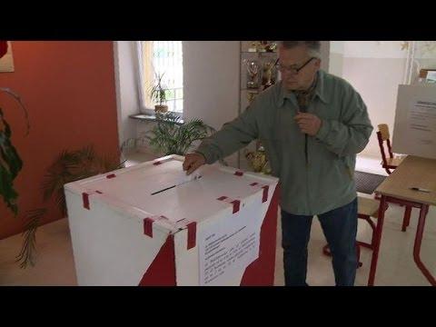 Poles vote in presidential cliffhanger