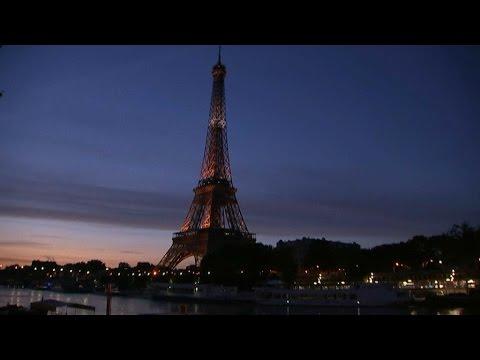 la tour eiffel s'illumine de bleu-blanc-rouge en jour d'ouverture