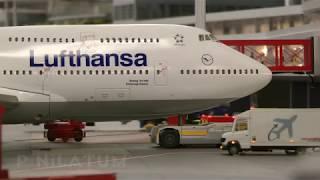 飛行機の離着陸からチェックイン カウンターの長い列まで、忙しい空港の営みがミニチュア スケールで忠実に再現されています。