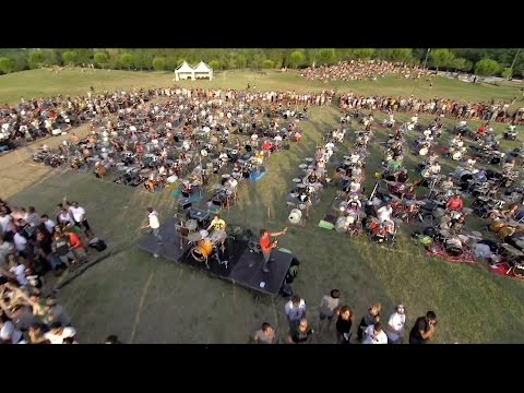 1000 musicians play Learn to Fly by Foo Fighters to ask Dave Grohl to come and play in Cesena, Italy