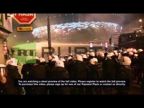 Poland: Chaos in Warsaw - water cannon, flares and explosions galore