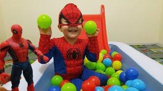Örümcek Adam Top Havuzunda Gizlediğimiz Oyuncakları Buldu