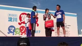 2017年3月12日(日)淀川河川敷で行われた寛平マラソン10kmの部男女表彰式...