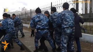 Как астанинская полиция запихнула детей в автозаки