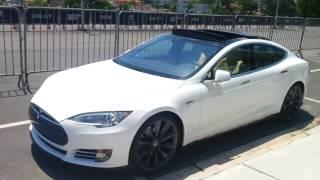 Carro Tesla andando sozinho piloto automático.