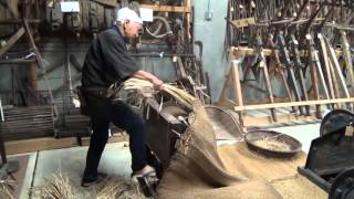足踏み脱穀機とは、大正以降に広まった脱穀器のひとつです。 新庄ふるさ...