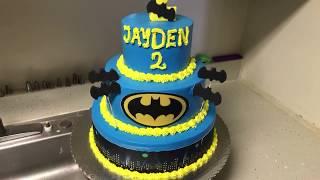 Como decorar pastel de 3 pisos y cupcakes de Batman.