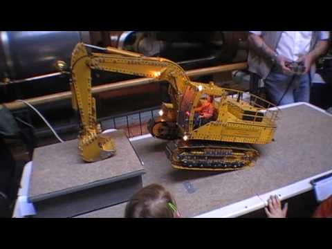 Meccano Excavator by Maurice and Tony Rednall