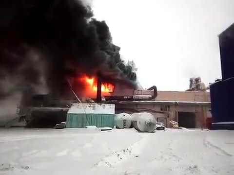 В Лесосибирске горит лесозаготовительный комбинат