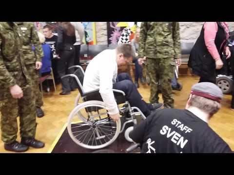 Jüri Ratas ratastooliga rada läbimas