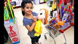 اميرة تتسوق مع بنتها الصغيرة