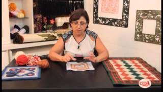 Anatália Leite demonstra um ponto de tapeçaria, ponto eslavo conhecido como rosinha