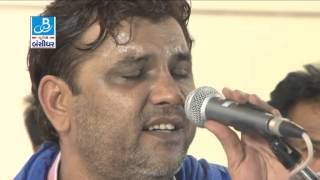 "Kirtidan gadhvi - performing song ""Laadki"" live"