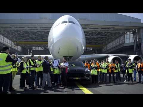 CarPoint News - Porsche Cayenne reboca Airbus A380