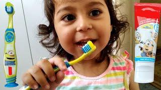 Ayşe Ebrar Yeni Diş Fırçası Seti Aldı. Diş Fırçalamayı Öğreniyor 😊