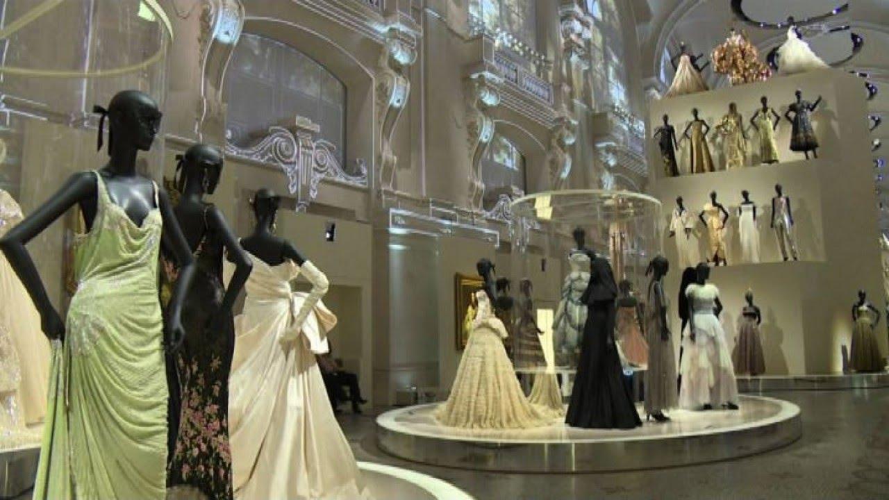 La storia di dior in 300 abiti mostra per i 70 anni della for Quadri di parigi