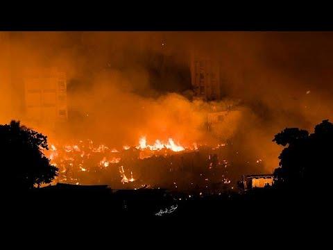 Fogo arrasa bairro de lata no Bangladesh