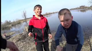Озеро Карась проснулся КАРАСЬ клюёт на червя с берега