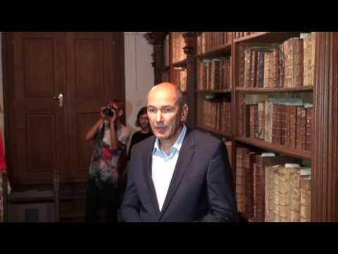 Janez Janša krški knjižnici predal knjigo Slave vojvodine Kranjske, 16.9.2016