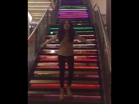 Karol sevilla danse et chante