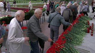 Смотреть видео В годовщину начала блокады Ленинграда в Петербурге проходят памятные мероприятия. онлайн