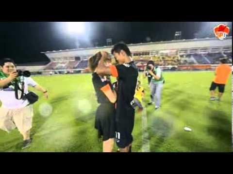 นักฟุตบอลขอเเต่งงาน