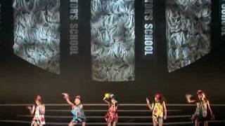 MINMIの「シャナナ☆」を激しく歌い踊っています。